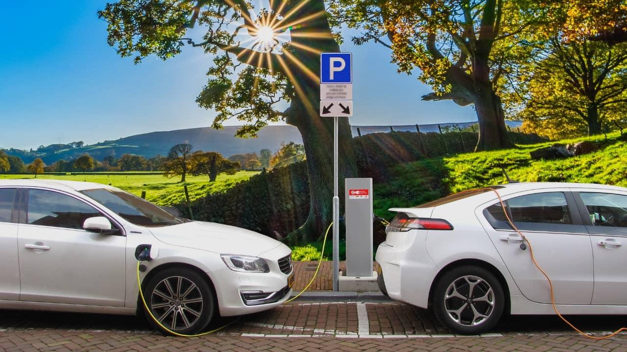 Voiture hybride rechargeable ou 100% électrique ? Avantages et inconvénients