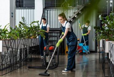 Nettoyage de bureaux : société ou agents d'entretien ?