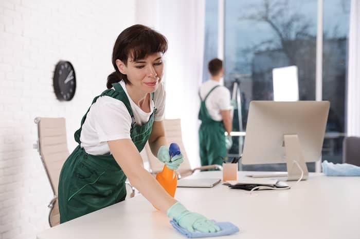 femme de ménage nettoie un bureau dans une entreprise